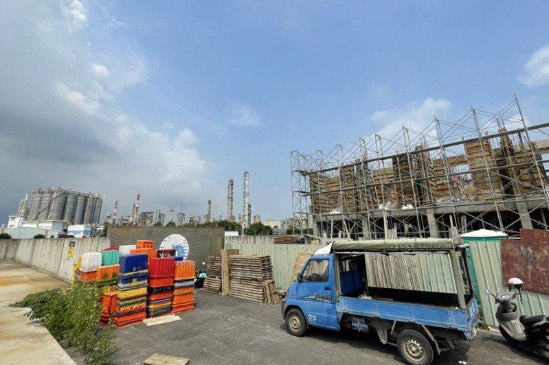 石化工業區工廠旁漸有新建案。圖/中油提供