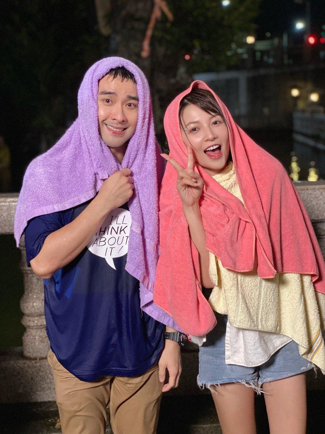 潘柏希(左)、謝京穎一起淋雨。圖/民視提供
