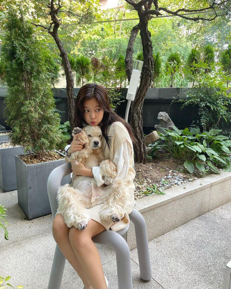 Jennie秀出了Calvin Klein的針織背心,寬鬆長版型的米色背心搭配白...