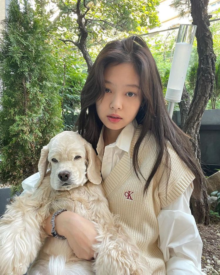 Jennie的針織穿搭與愛犬Kai的毛色超搭,整體畫面就是療癒到不行啊!圖/摘自...