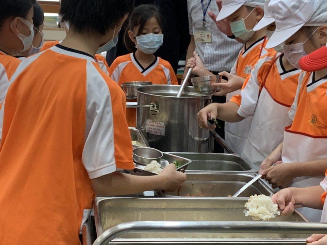 桃園市教育局長林明裕也指出,學童使用午餐隔板,用餐期間不交談,用餐後會清潔消毒。...