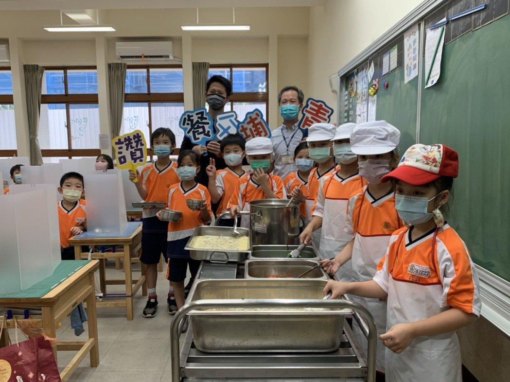 桃園市教育局長林明裕表示,由於前2年廚房上方在增建教室,所以學校的午餐改由臨進興...