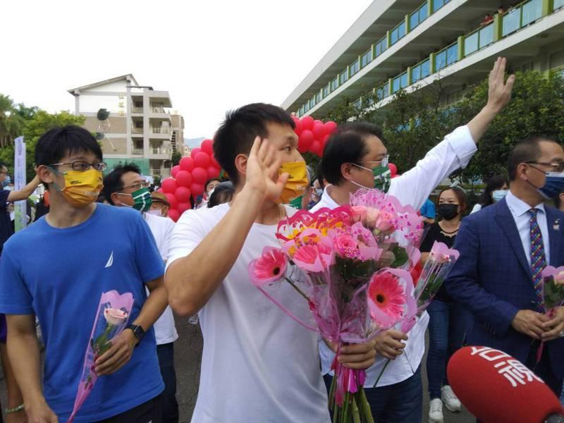 基隆高中畢業的羽球國手李洋(中)和教練陳宏麟(左)今天回母校,獲得師生熱情歡迎。記者邱瑞杰/攝影