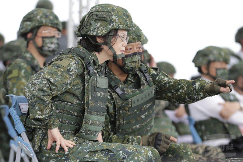 蔡英文總統去年在台中甲南海灘視導漢光演習的反登陸操演。圖/軍聞社提供