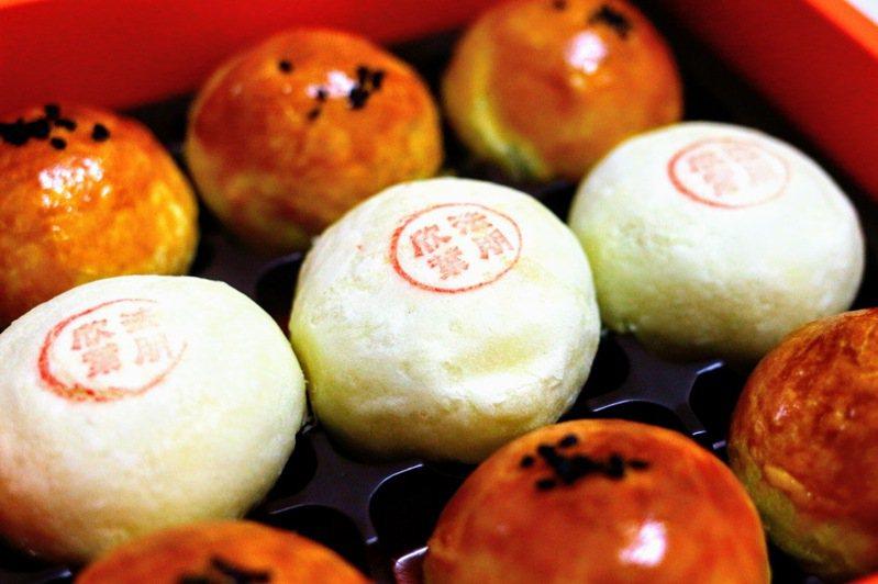 今年中秋,蛋黃酥依然是台灣熱賣的應景糕餅。圖為法朋與欣葉合作推出的蛋黃酥與綠豆椪。記者李承宇/攝影