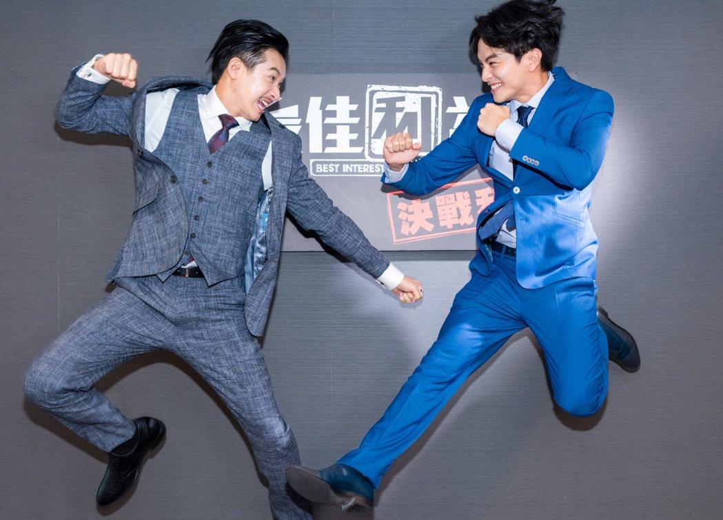 Darren邱凱偉(左)、楊銘威再度合作新戲,金鐘入圍做出廝殺狀。圖/群之噰傳播...