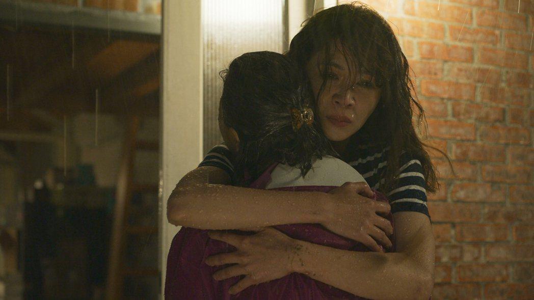 「俗女2」陳嘉玲在雨中擁抱撫慰母親。圖/華視、CATCHPLAY提供