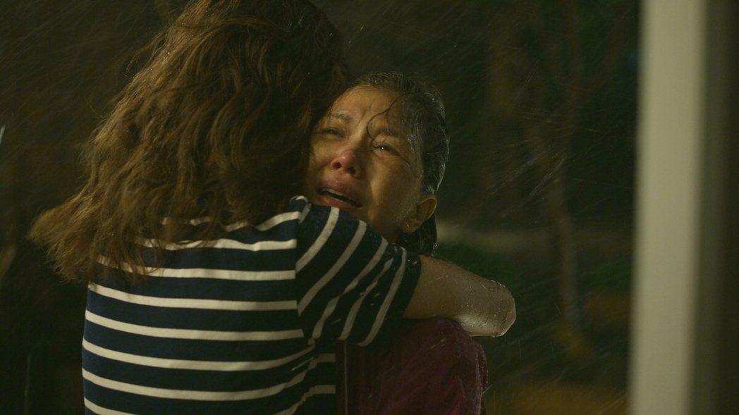 「俗女2」大嘉玲和母親相擁。圖/華視、CATCHPLAY提供