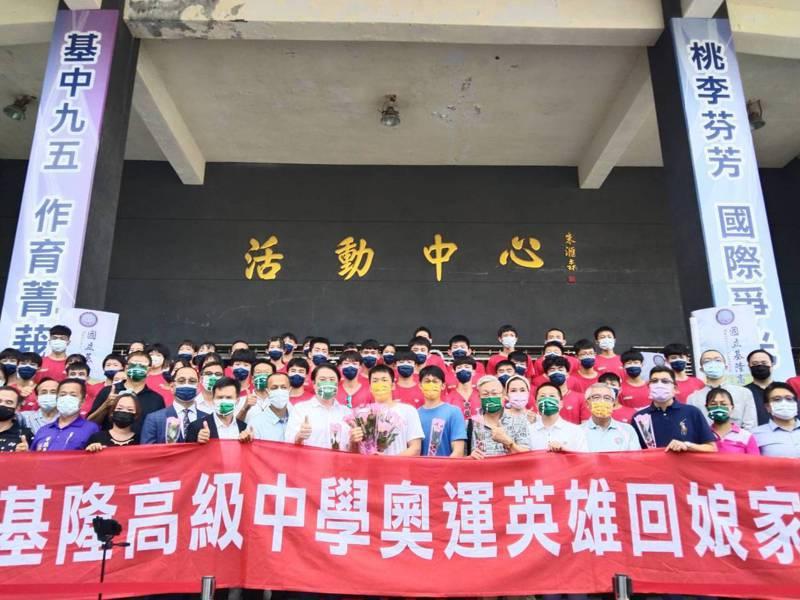 基隆高中畢業的羽球國手李洋和教練陳宏麟今天回母校,獲得師生熱情歡迎。記者邱瑞杰/攝影
