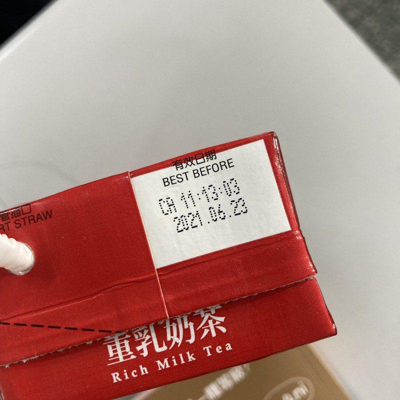 三峽辭修高中被爆出給學生喝過期奶茶,從有效日期顯示6月23日,足足過期快3個月。圖/民眾提供