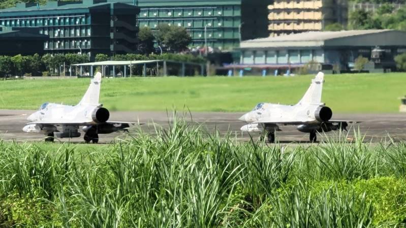 漢光卅七號演習昨起展開,空軍幻象兩千戰機掛載ASTAC電子情報偵察莢艙,降落花蓮佳山基地。(中央社)