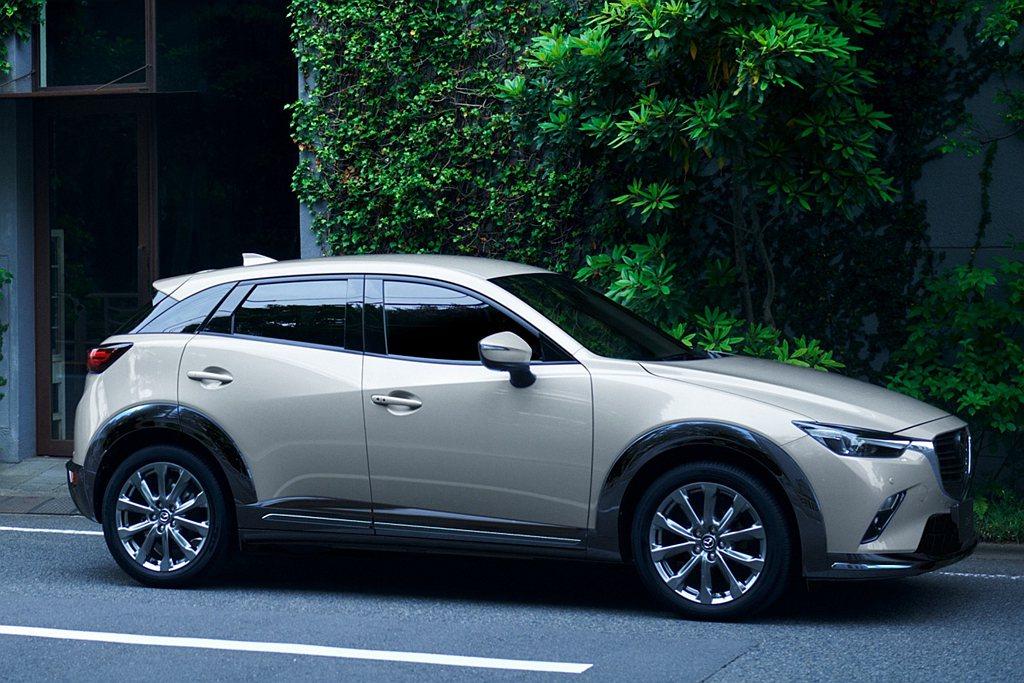 2022年式Mazda CX-3導入全新車色「琉光金」,石英般的透亮光澤中閃耀鉑...