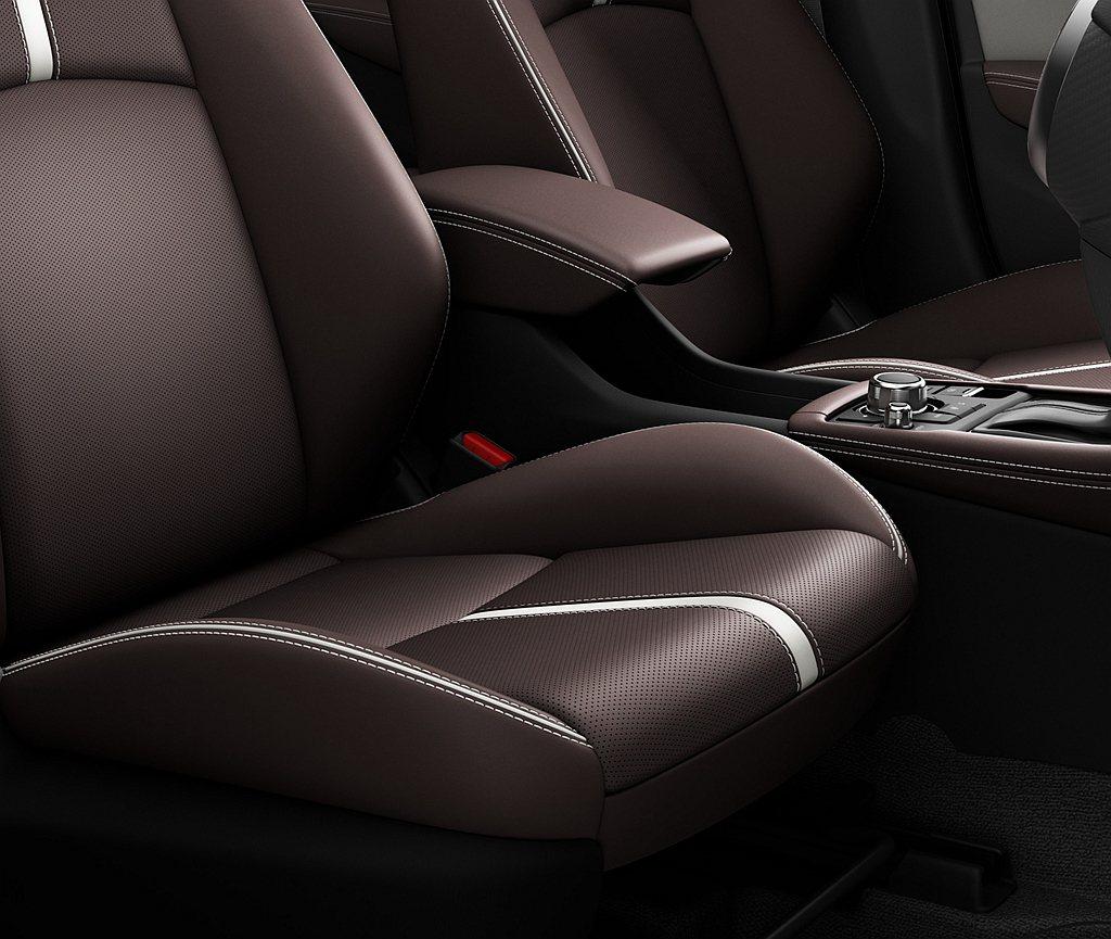 2022年式Mazda CX-3升級導入深紅色Nappa皮革並綴以白色線條,豪華...