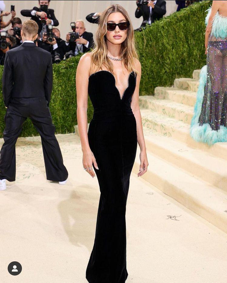 海莉身穿Saint Laurent禮服,展現優雅身段。圖/取自IG @_metg...