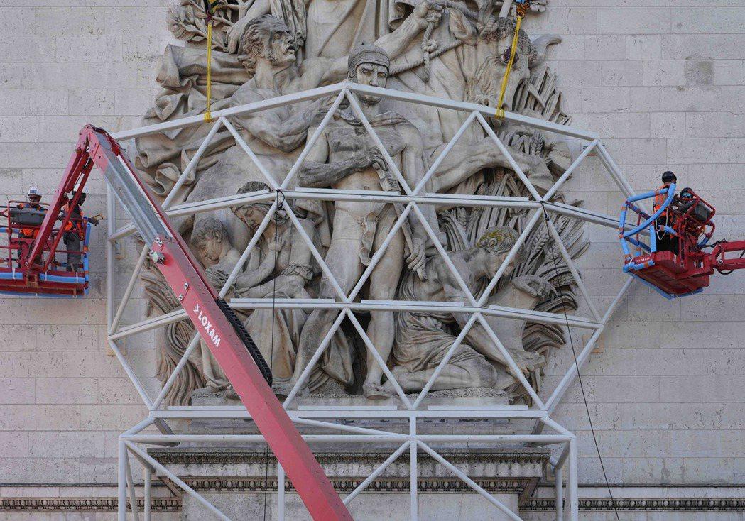 為保護凱旋門,得先設置保護架。圖/Christo&Jeanne-Claude基金...