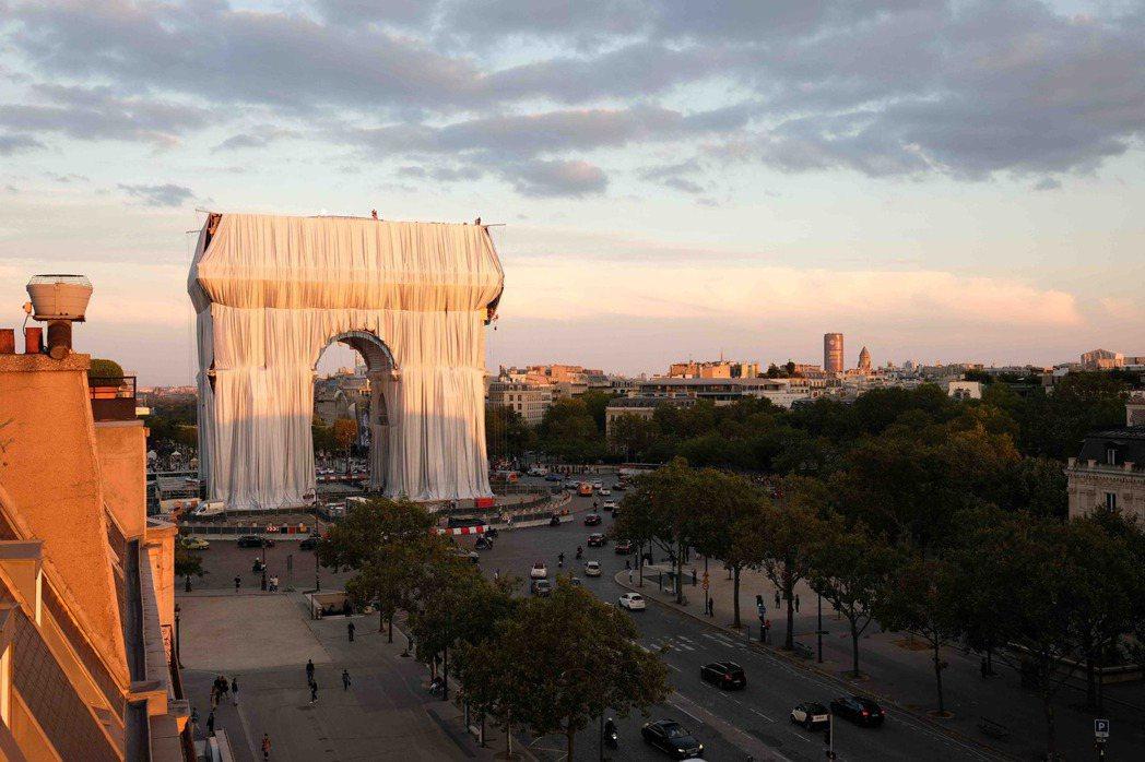 「包裹凱旋門」作品接近完工。圖/Christo&Jeanne-Claude基金會...