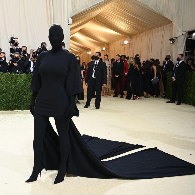 金卡戴珊以蒙面全黑BALENCIAGA造型走Met Gala紅毯。圖/取自IG ...