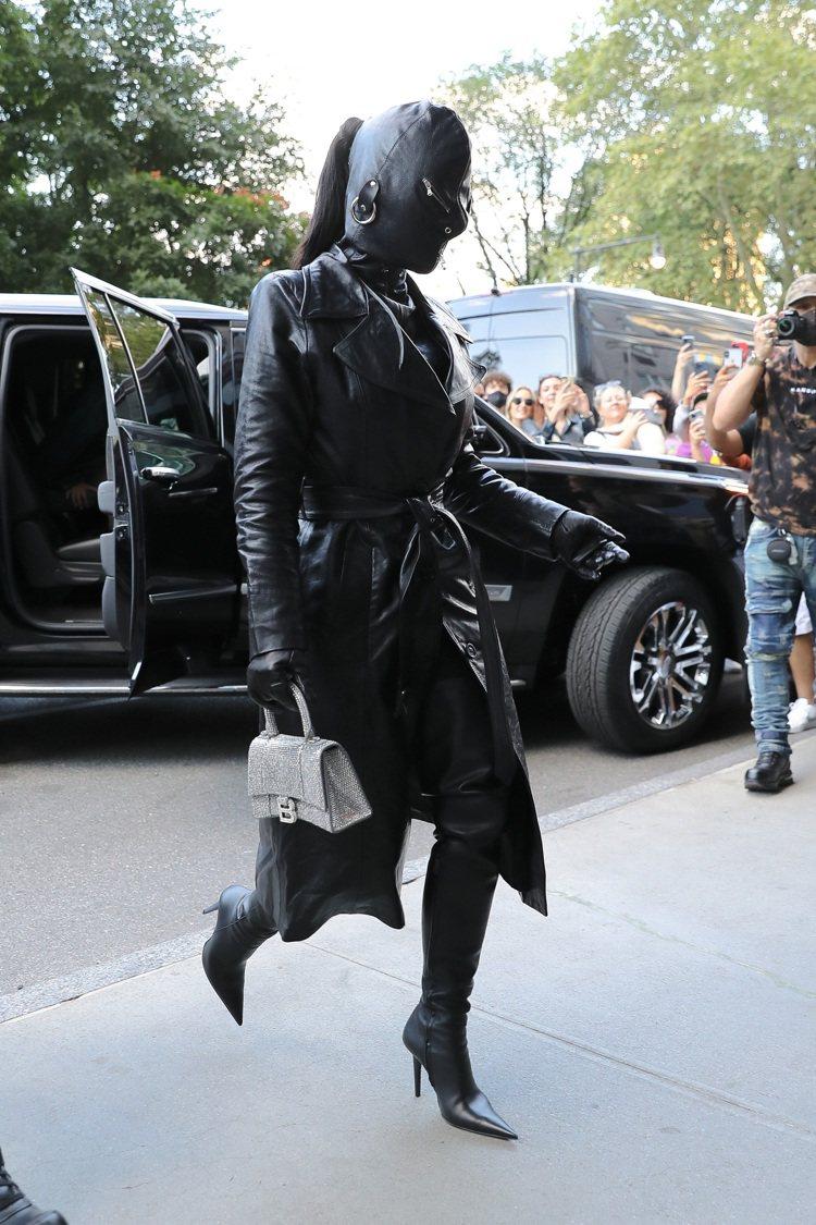 金卡戴珊蒙面全黑Met Gala紅毯造型之一,服裝與包款皆為BALENCIAGA...