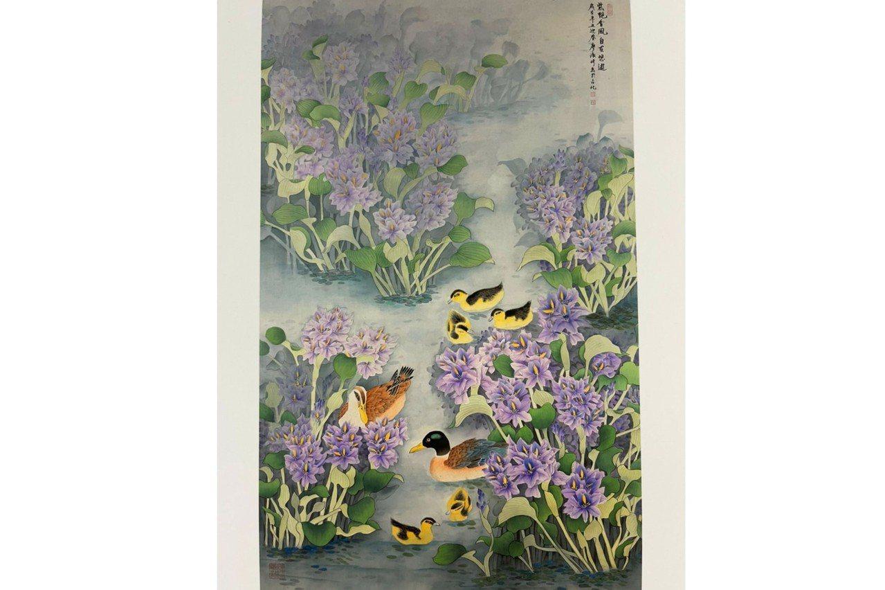 學員廖淑珍的作品《紫艶香風自在悠遊》,絹布,87x139cm。 圖/邱素美