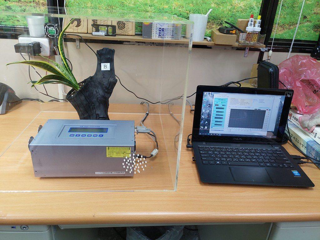 研究人員以栽植虎尾蘭的龍眼木炭盆,進行氣體環境監測實驗。 圖/農委會林試所