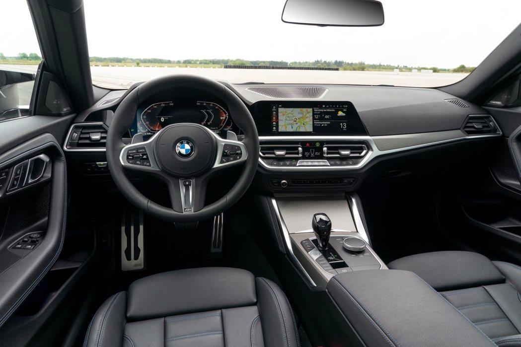 BMW堅持一貫的駕駛者導向設計,融入12.3吋虛擬數位儀錶與10.25吋中控觸控...