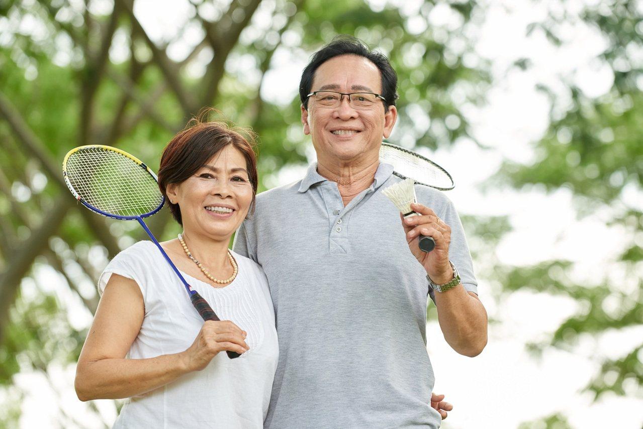 中秋團圓,家人搭羽球熱潮一同運動。 圖/Shutterstock 提供