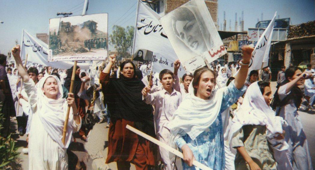 1998年,RAWA在巴基斯坦抗議該國對阿富汗塔利班的暴政支持。他們高舉的頭像即...