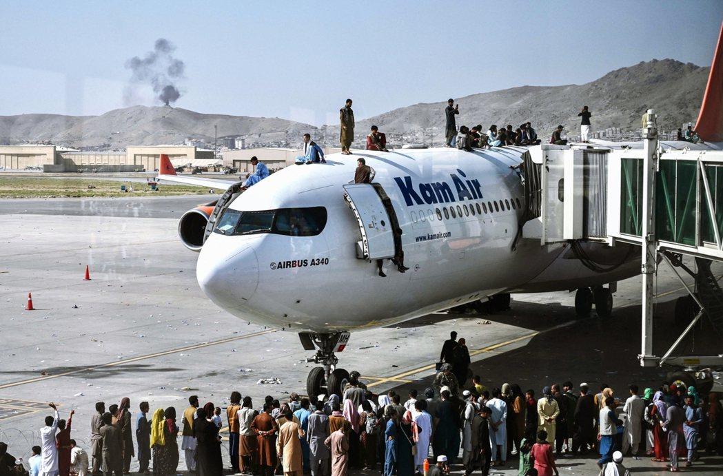 美軍撤離阿富汗、塔利班重返政權,機場的逃難潮與之後的人權問題,均引起國際關注。然...