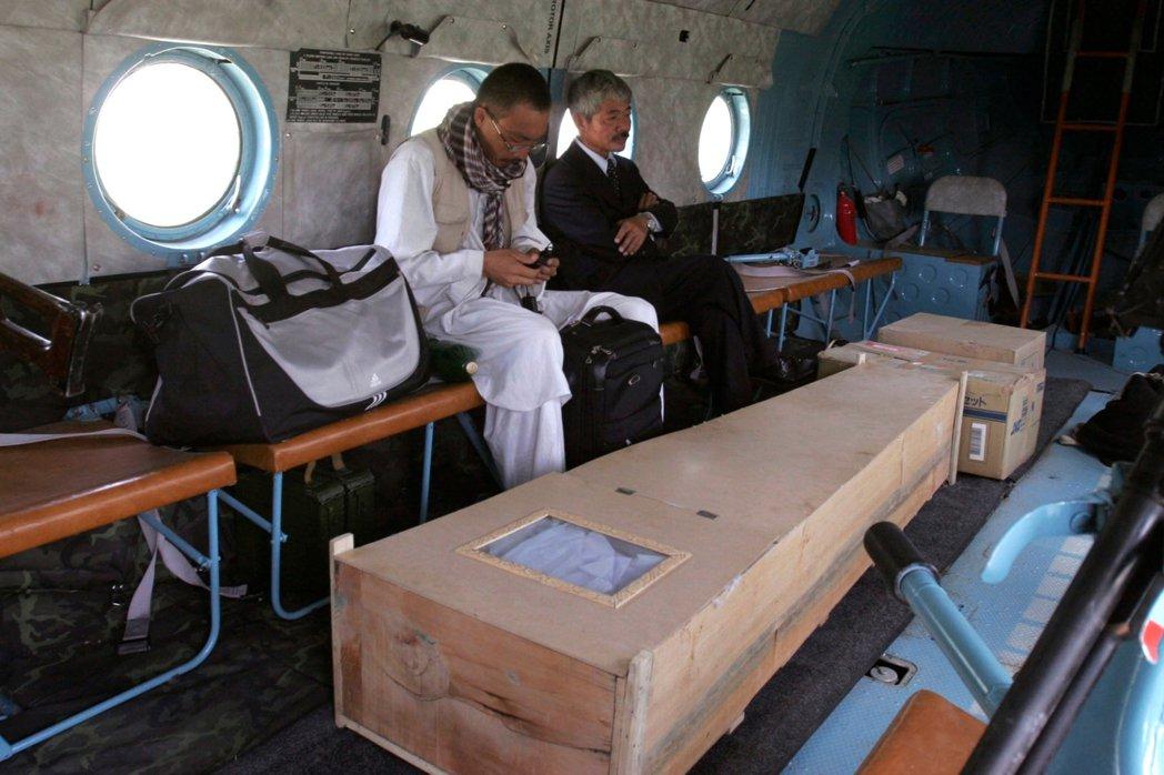 中村哲護送伊藤和也的棺木。伊藤逝世後,他的父母設立了「伊藤和也.油菜花基金會」,...
