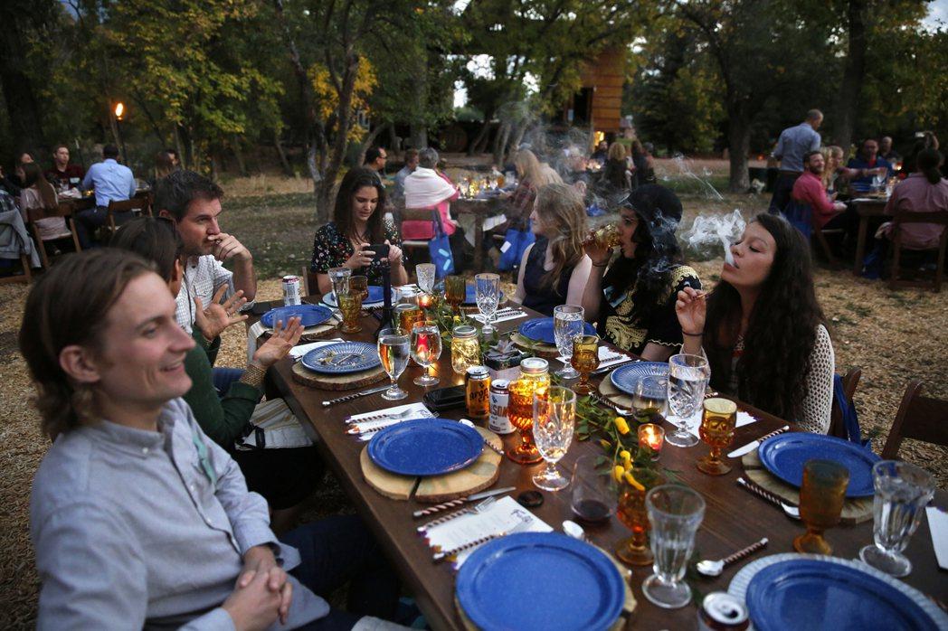 圖為2016年,科羅拉多的一家餐廳提供的大麻與餐點服務。 圖/美聯社