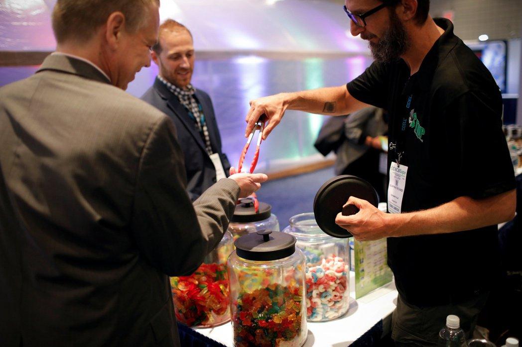 圖為紐約一家商店The Hemp Plug 正在販售CBD軟糖。 圖/路透社