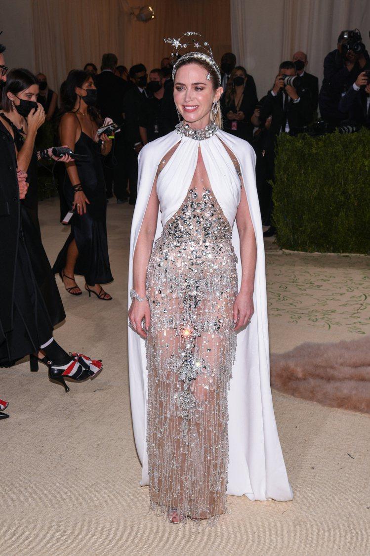 艾蜜莉布朗詮釋《齊格飛女郎》的復古經典,自帶女神光。(達志影像)