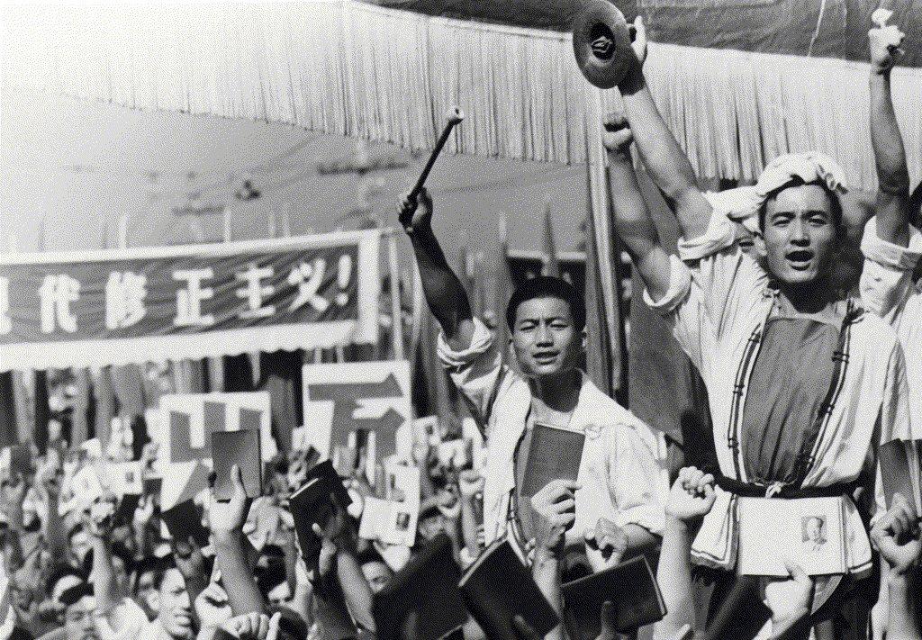 毛澤東放任紅衛兵為所欲為造成全國經濟瀕臨崩潰,讓當時中國處於內戰邊緣的慘況。 圖/美聯社