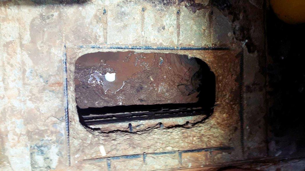 6名囚犯在牢房內的水槽後方挖開了一個洞(圖),並利用監獄的結構缺陷,一路到達監獄...