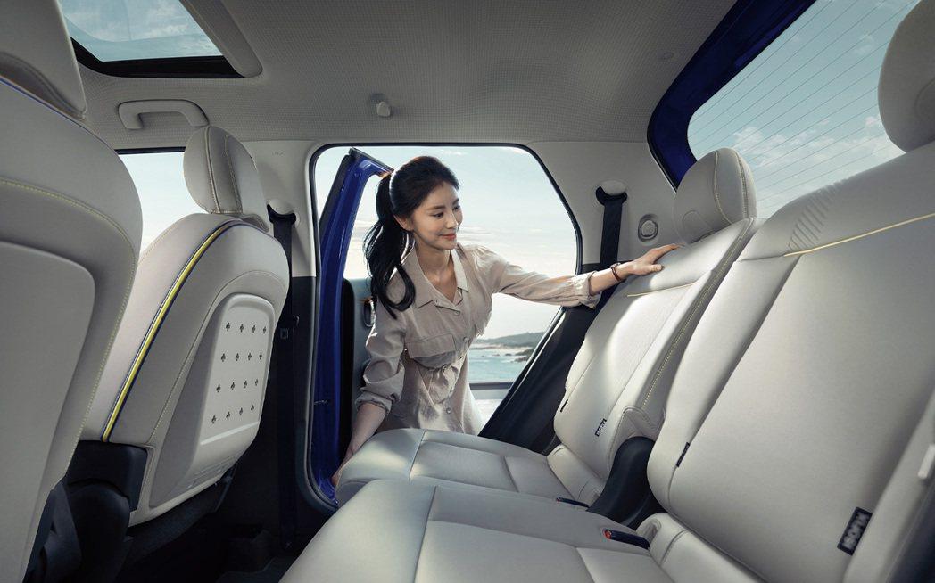 Hyundai Casper後排座椅最多可前後滑移106mm,椅背也能傾斜最大3...