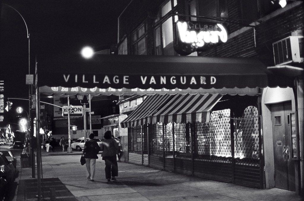 圖為攝於1976年,位於紐約的知名爵士樂表演所「前鋒村俱樂部」(Village ...