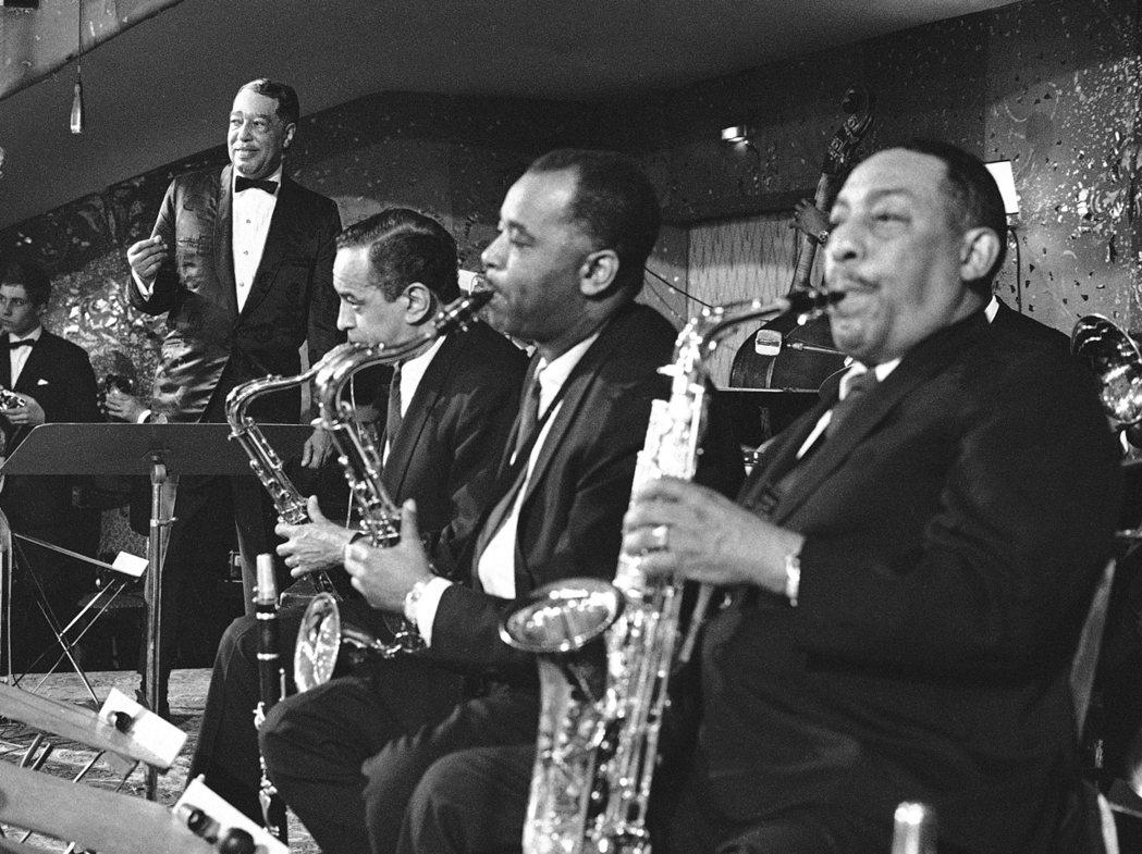 1967年,艾靈頓公爵(左一)與他的大樂隊成員在慕尼黑的表演。 圖/美聯社