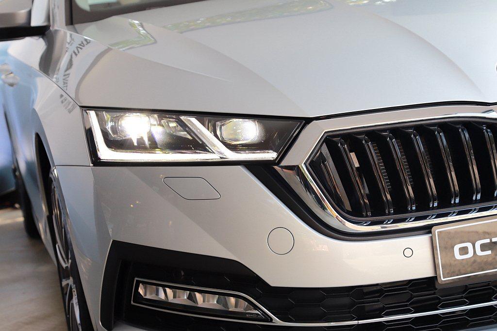 以雙門跑車設計理念打造的全新SKODA Octavia承襲之前的雙燈組造型但改以...