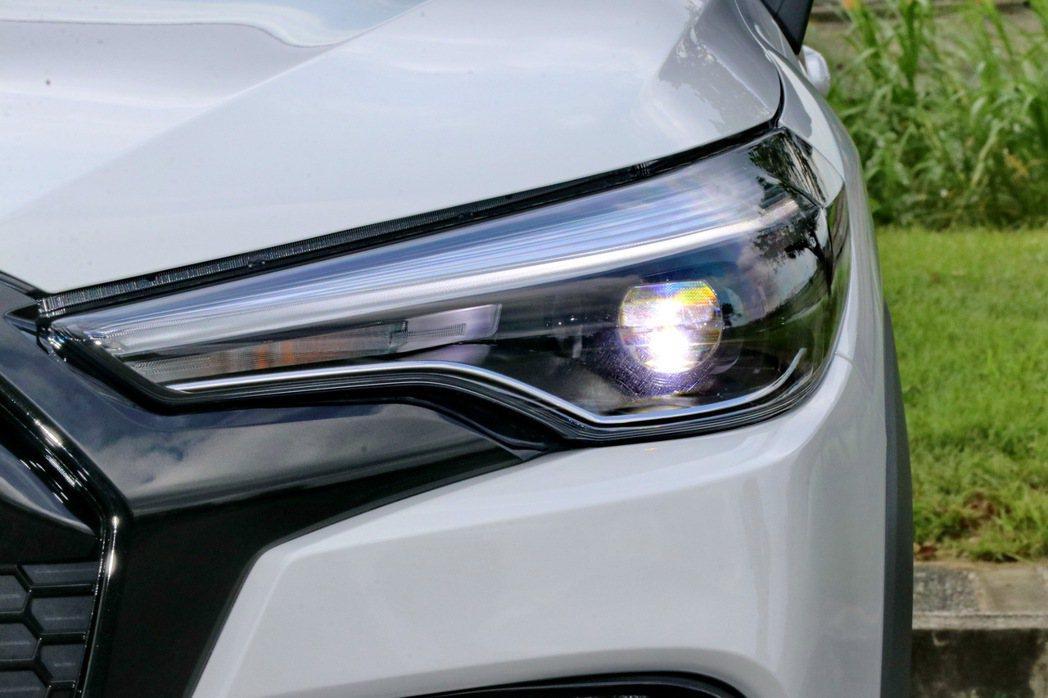 油電車型更配備LED燈具組,包括頭燈、日行燈及霧燈均為LED設定。 記者陳威任/...