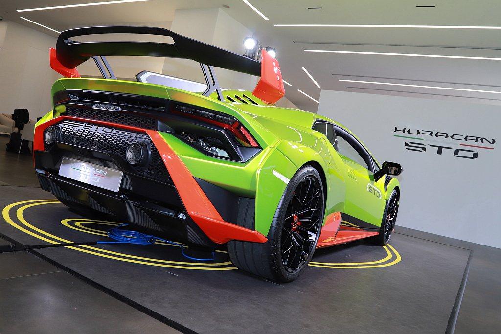 流暢的車身線條與精密的空力設計,使Lamborghini Huracan STO...