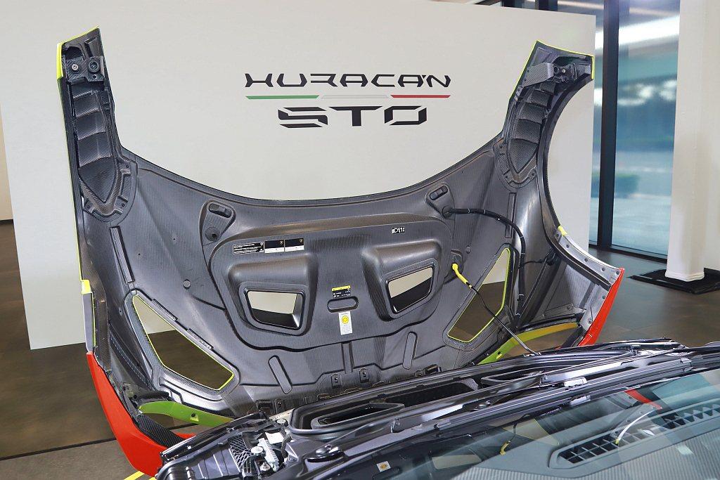 Lamborghini Huracan STO外觀鈑件超過75%使用碳纖維材質打...