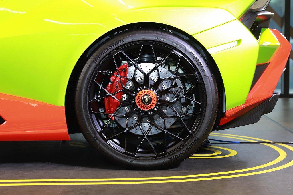 鎂合金輪圈並可視車主需求選配一般道路使用或賽道屬性的Bridgestone Po...