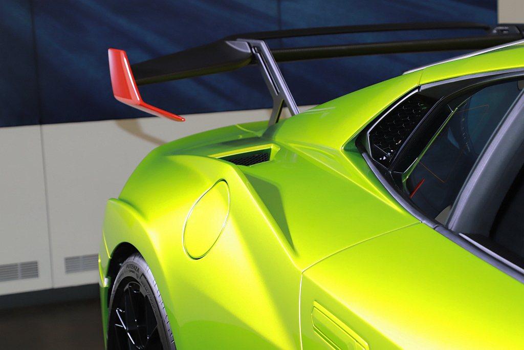 位於後葉子板上的NACA進氣口,以更短的進氣通道為引擎室導入氣流,可減少30%的...