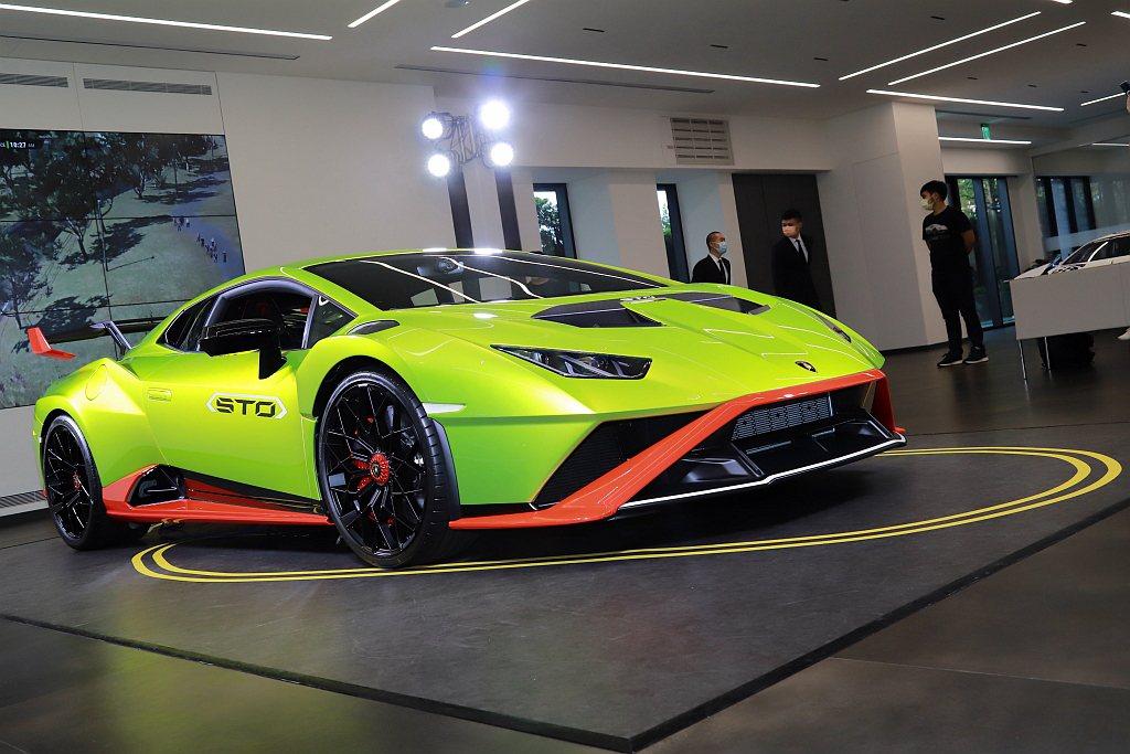 正式在台亮相的Lamborghini Huracan STO以大膽鮮明的Verd...