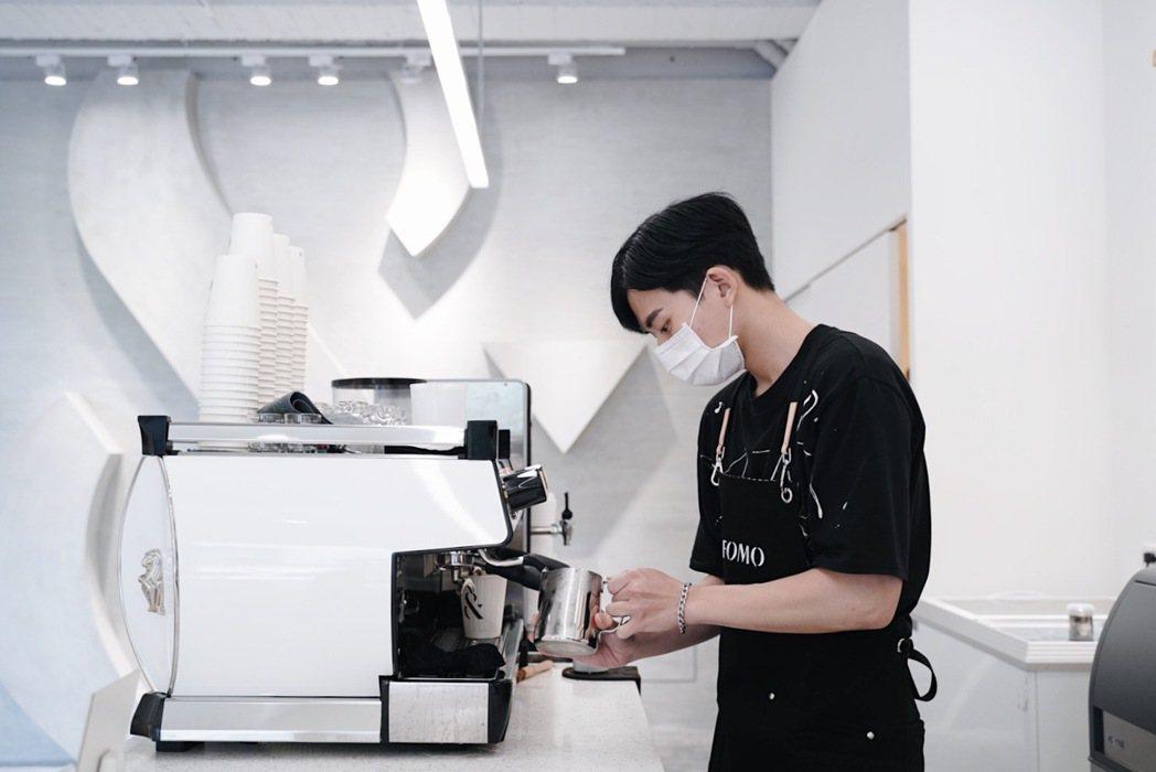 FOMO COFFEE DaZhi空間簡潔明亮,來此擷取一縷咖啡香氣、一段音樂節...