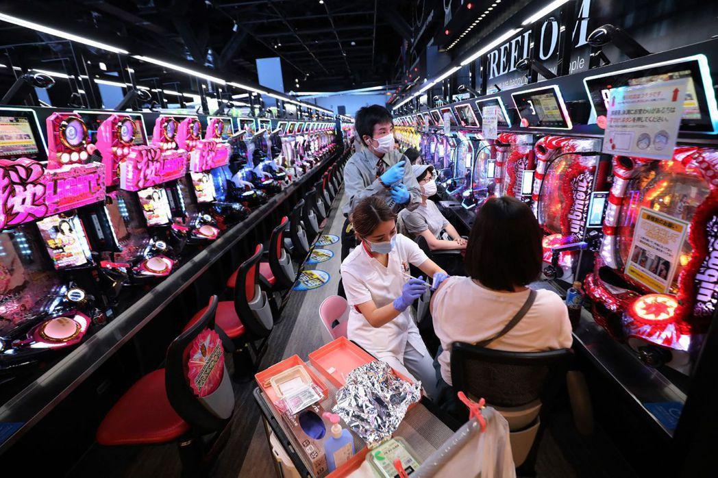 日本大阪市一間柏青哥店暫停營業,改作為臨時疫苗接種站。 圖/法新社