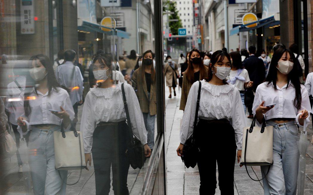 日本感染人數大爆炸,東京都連日新增約五千人確診病例,此一趨勢亦波及其他地區,全國每日突破兩萬例。 圖/路透社