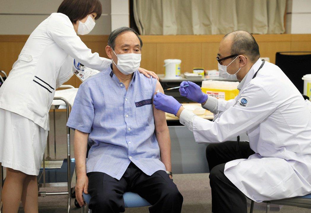 日本首相菅義偉接種疫苗。 圖/路透社