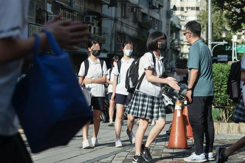 台北市副市長蔡炳坤表示,截至今天14日晚間6點,台北市一共有93.8%學生同意校內接種BNT,人數為13萬9555人。記者曾原信/攝影
