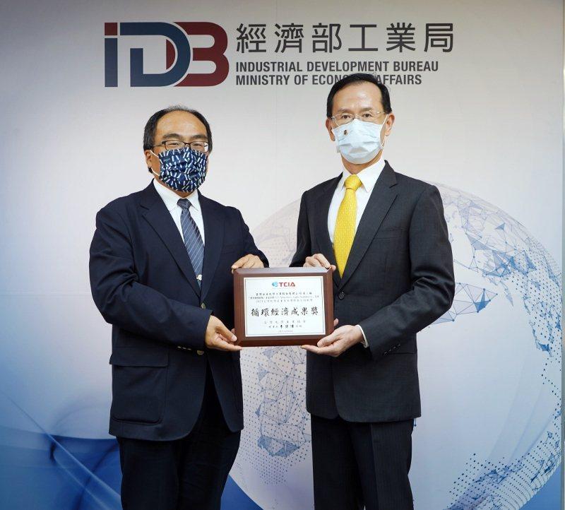 台灣永光以「紫外線吸收劑、光安定劑」獲得「循環經濟成果獎」,日前由工業局局長呂正...